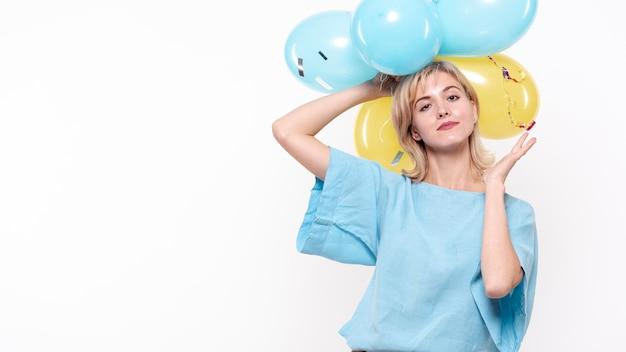 Фасонируйте фото женщина держа воздушные шары над головой Бесплатные Фотографии