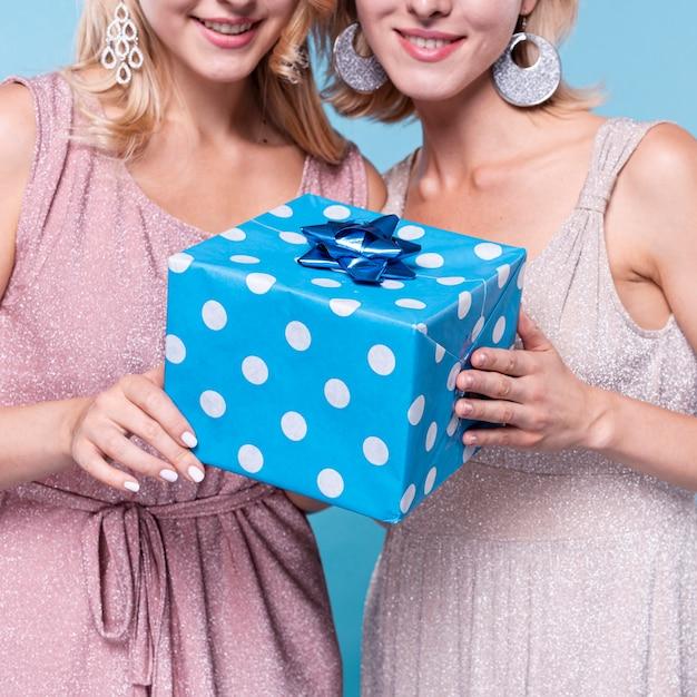 Элегантно одетые женщины с подарком Бесплатные Фотографии
