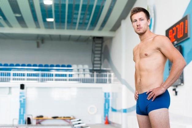 プールで運動男 無料写真