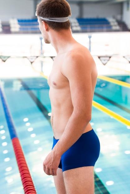 若い男性スイマー泳ぐ準備ができて 無料写真