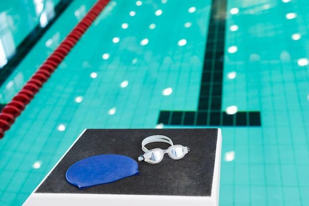プールでの水泳ゴーグルとキャップ 無料写真