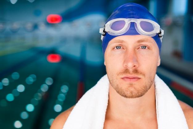 Вид спереди мужской пловец с очками Бесплатные Фотографии