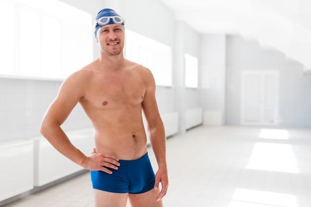 流域に立っている正面男子水泳選手 無料写真