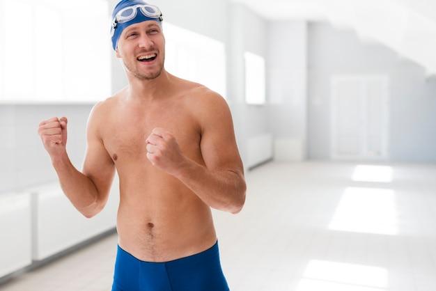 Мужской пловец празднует победу Бесплатные Фотографии
