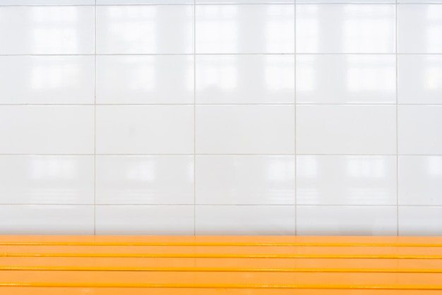 白い大きなタイルのバスルームの壁 無料写真