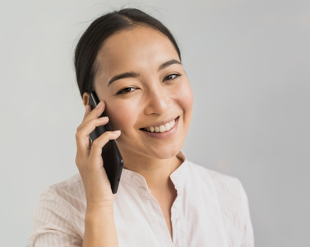 電話で話している美しい女性の肖像画 無料写真