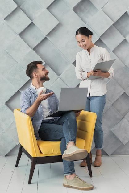 職場での同僚間の高角度のチームワーク 無料写真