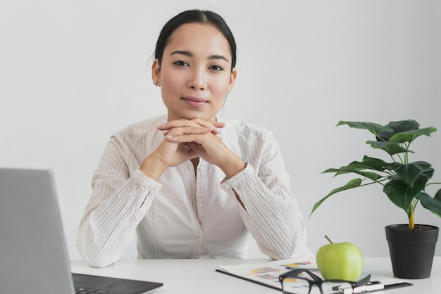 オフィスに座っているきれいな女性 無料写真