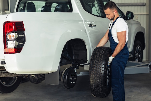 Механические мужские сменные колеса автомобиля Бесплатные Фотографии