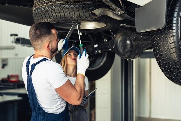 Вид спереди автосервиса, ремонт механики автомобиля Бесплатные Фотографии