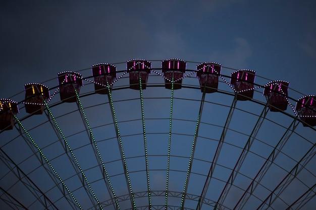 Чудо-колесо с кабинами для людей и неба Бесплатные Фотографии