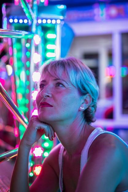 白熱灯に疑問に思う中年の女性 無料写真