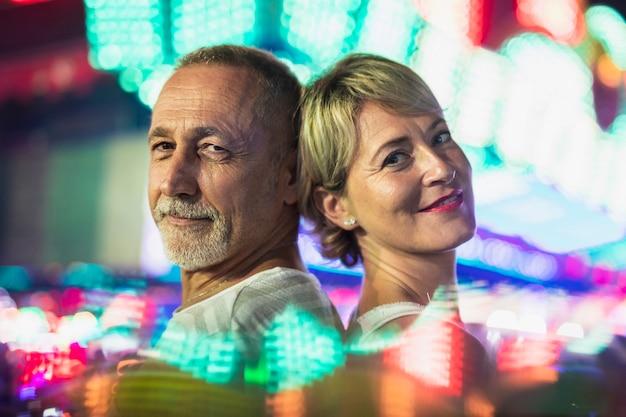 Пара средних лет наслаждается фестивалем Бесплатные Фотографии