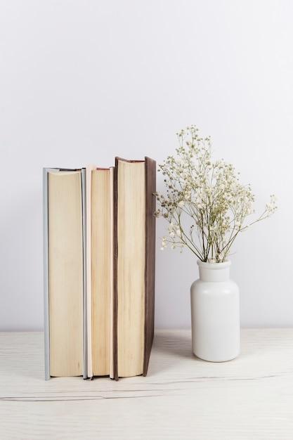 木製のテーブルの本のスタック 無料写真