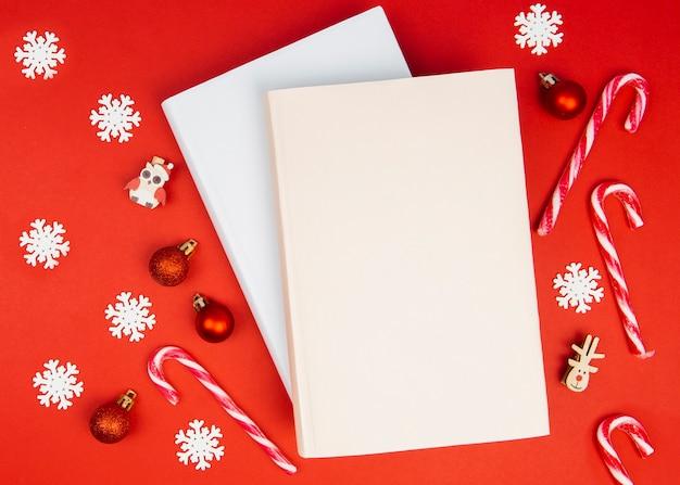 クリスマスの飾りと本のモックアップ 無料写真