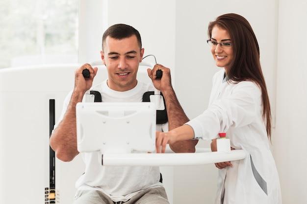 医療機器の使用方法を患者に示す正面医師 無料写真