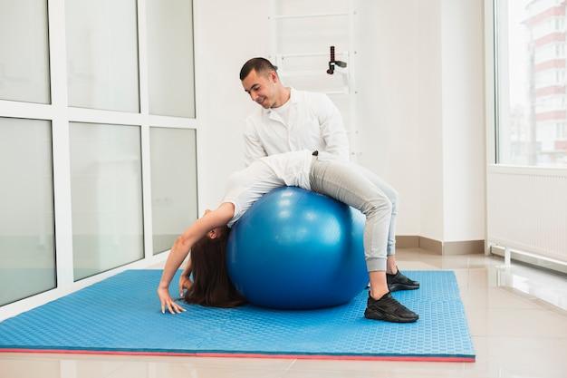 治療ボールで患者を助ける医師 無料写真