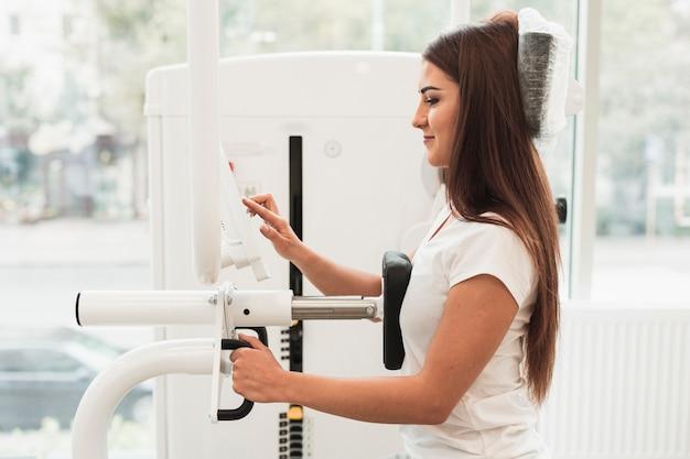 医療トレーニングマシンを使用して患者の側面図 無料写真