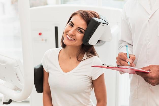 笑顔の女性患者の肖像画 無料写真