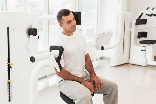 医療機械を使用して男性患者 無料写真