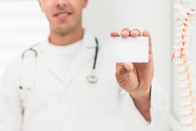 笑顔の医者を示すカードのモックアップ 無料写真