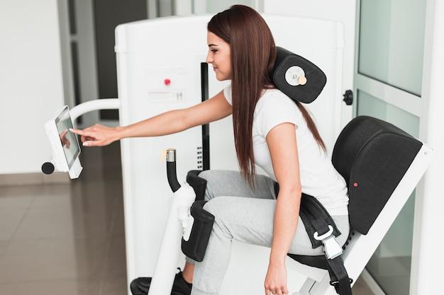 医療機械を使用して側面ビュー女性 無料写真