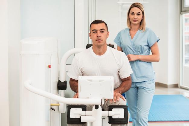正面の医師が運動した患者の患者を支援 無料写真