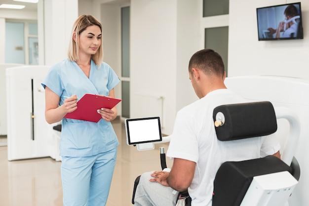 医師が患者の医療演習をチェック 無料写真