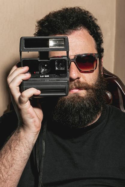 ビンテージ写真カメラを使用して流行に敏感な男 無料写真