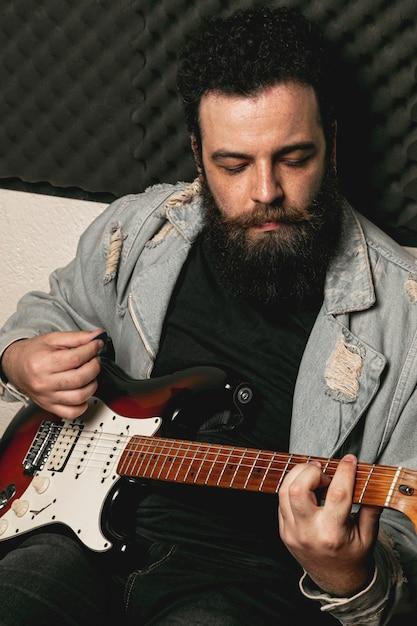 Стильный мужчина играет на электрогитаре Бесплатные Фотографии
