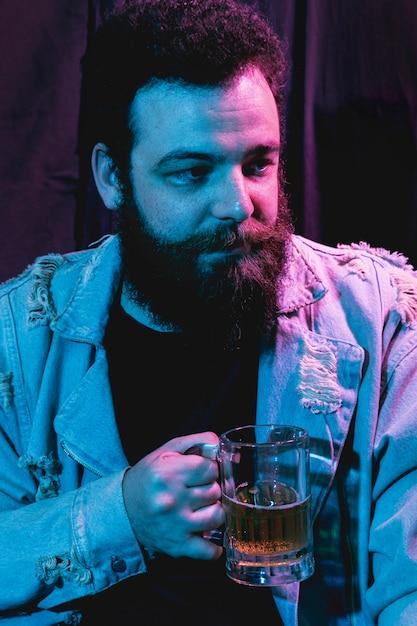 離れているひげの男の肖像 無料写真