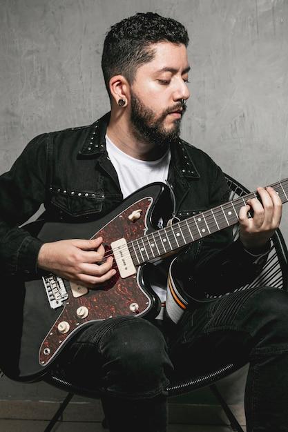 エレキギターを弾くハンサムな男 無料写真