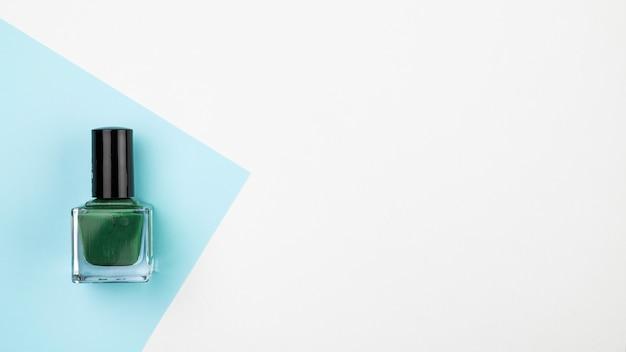 コピースペースを持つ緑のマニキュア液 無料写真