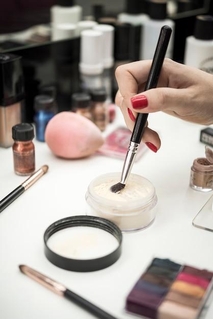 美容製品の女性浸漬ブラシ 無料写真