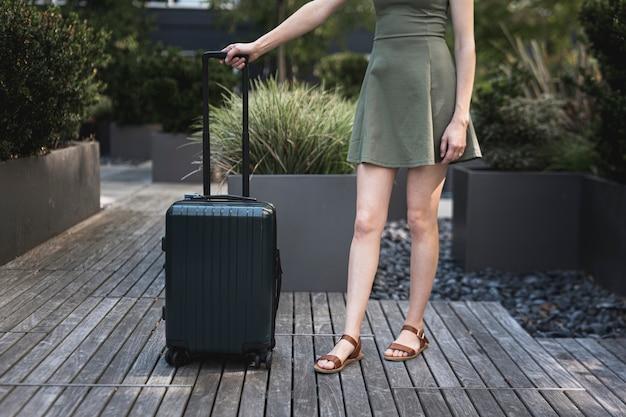 スーツケースを持つ若い女 無料写真
