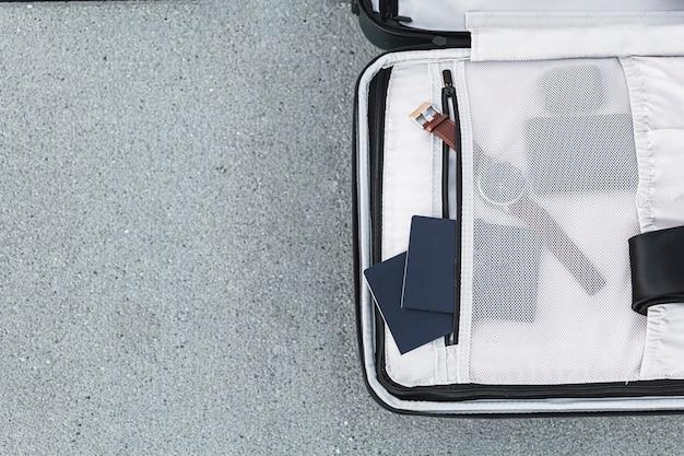 Раскрытый чемодан с паспортами и часами Бесплатные Фотографии