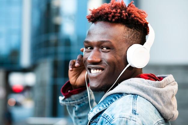 ヘッドフォンと広い笑顔でクローズアップ男 無料写真