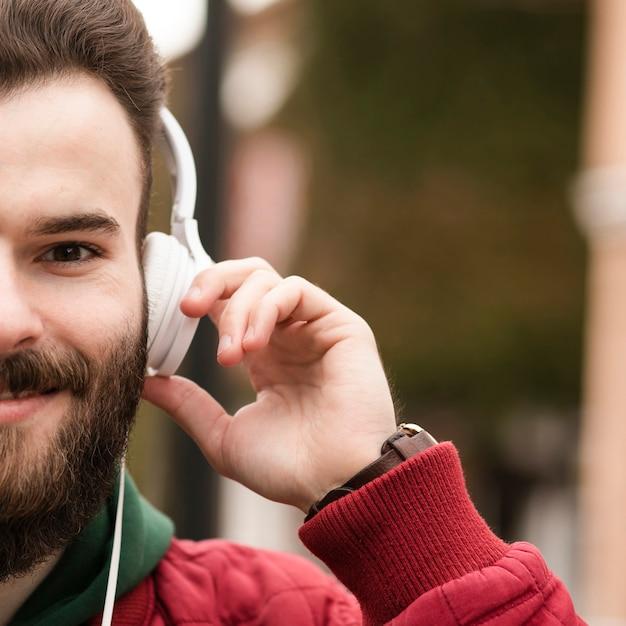 ヘッドフォンとひげを持つクローズアップ男 無料写真