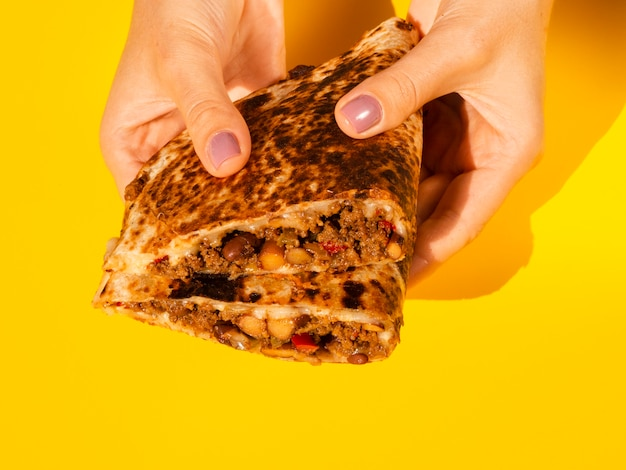 Персона крупного плана держа вкусную мексиканскую еду Бесплатные Фотографии