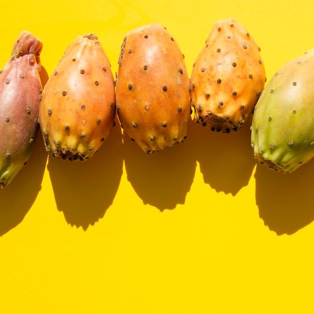 野菜と黄色の背景のトップビューフレーム 無料写真