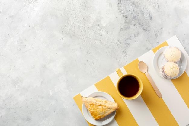 コーヒーと朝食付きのフラットレイアウト装飾 無料写真