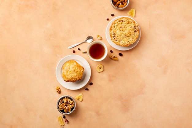 Плоский ассортимент с вкусной едой и оранжевым фоном Бесплатные Фотографии