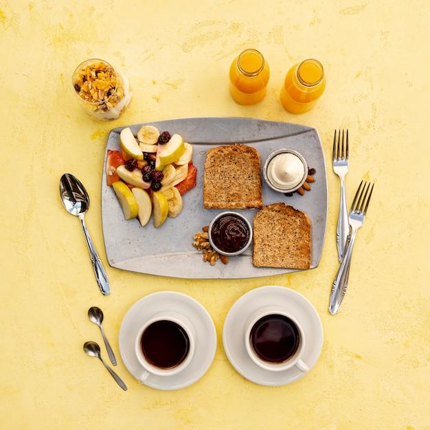 おいしい朝食と黄色の背景のトップビューの配置 無料写真