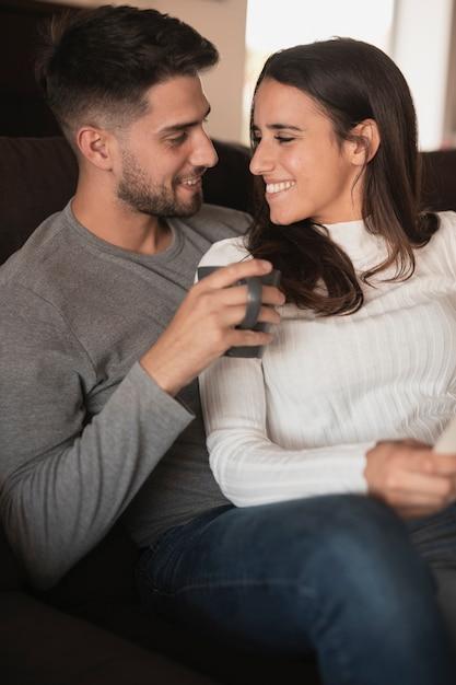 Вид спереди смайлик пара, глядя друг на друга Бесплатные Фотографии