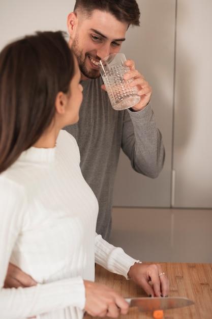 若いカップルが一緒に家で料理 無料写真