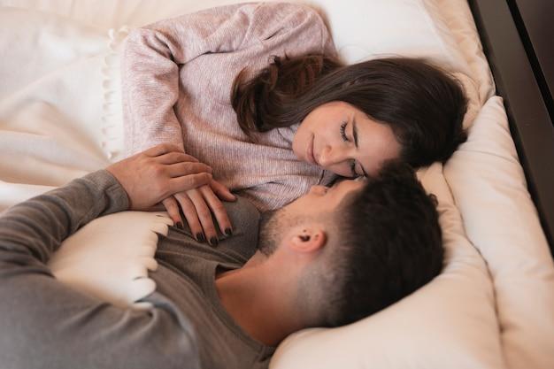 寝ているロマンチックなカップル 無料写真