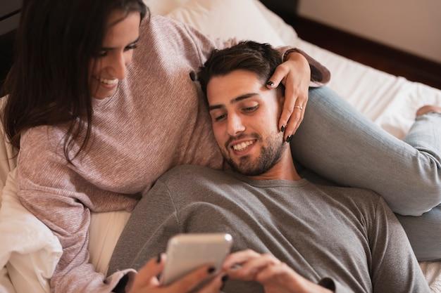 電話を見て幸せなカップル 無料写真