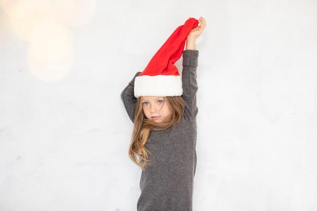 サンタクロースの帽子で遊ぶ少女 無料写真