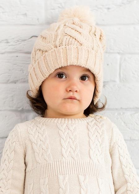 Очаровательная маленькая девочка зимой одета Бесплатные Фотографии
