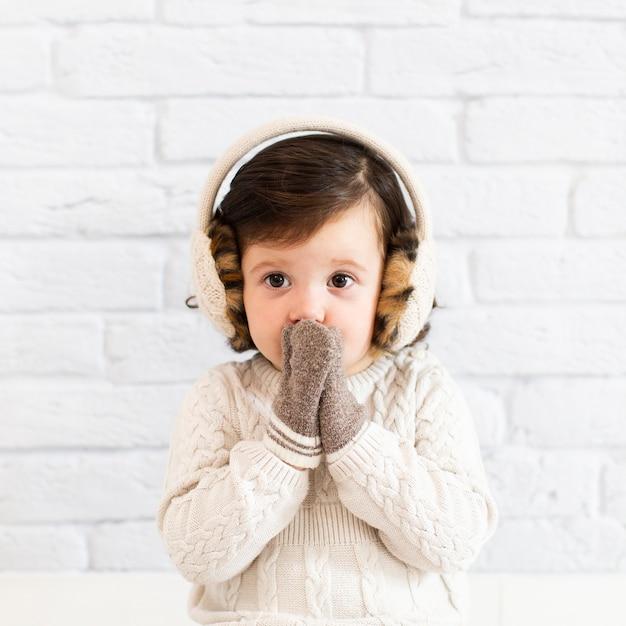 Милая маленькая девочка закрыла лицо Бесплатные Фотографии